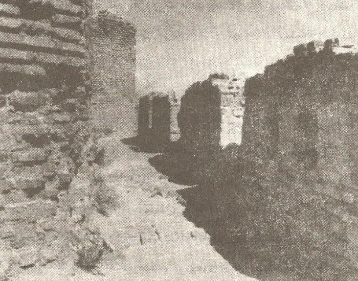 گوشه ای از راهرو یا غلام گردش و جای پنجره های متعدد آن./ عکس : ترابی/ کتاب : آثار باستانی آذربایجان