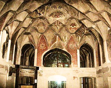 مقرنس کاخ چهلستون قزوین (عمارت کلاه فرنگی)