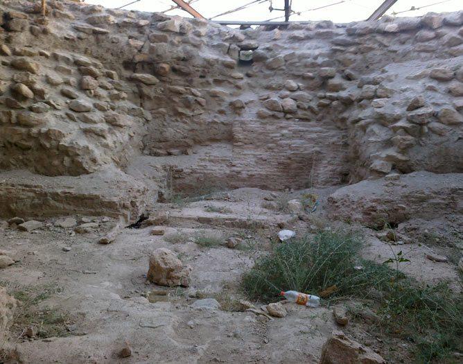 پایه های سنگی بنای کشف شده در تپه نور