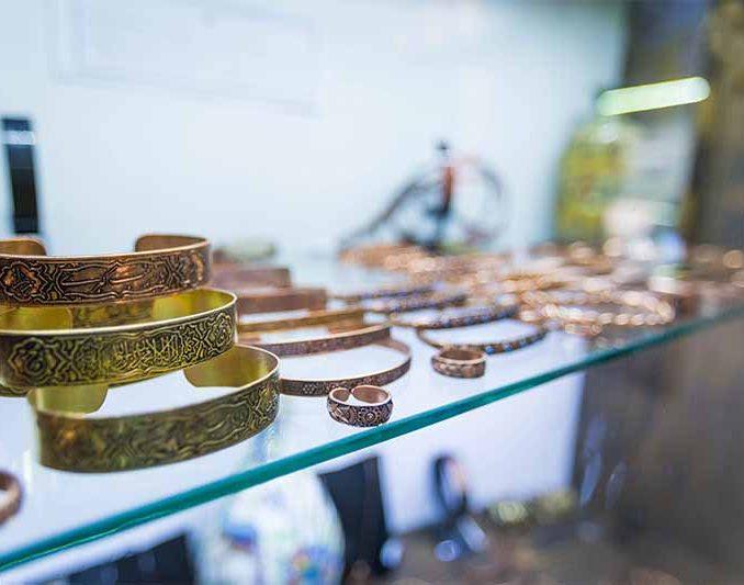 جواهرات دست ساز فروشی در کلیسای کانتور