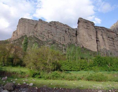 صخره نوردی یکی از تفریحات روستای اندج