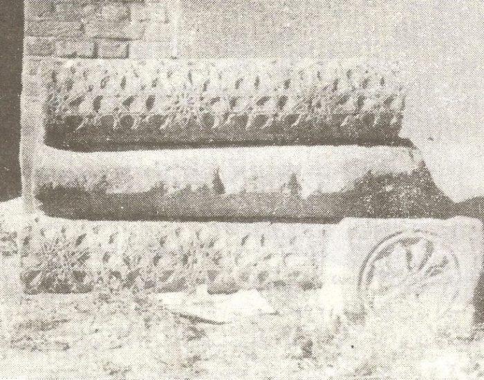 سه قطعه از ستون های سنگی مسجد علیشاه که از زیر خاک در آمده است./ عکس : ترابی/ کتاب : آثار باستانی آذربایجان