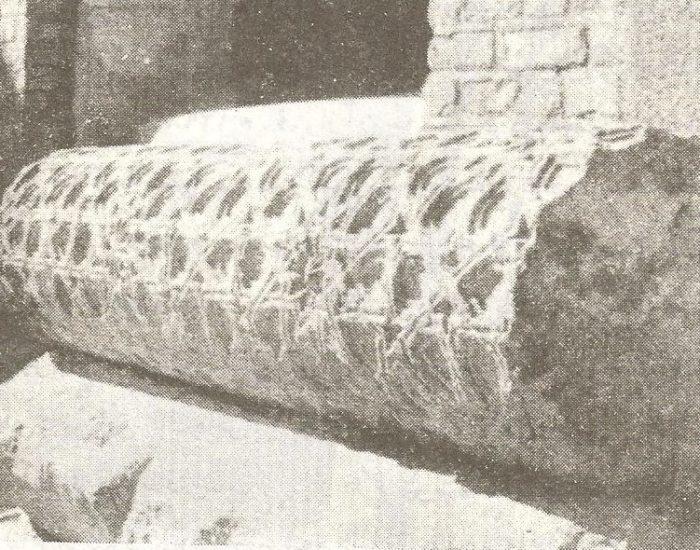 قطعه ای از ستون که در حفاری از زیر خاک در آمده است./ عکس : ترابی/ کتاب : آثار باستانی آذربایجان