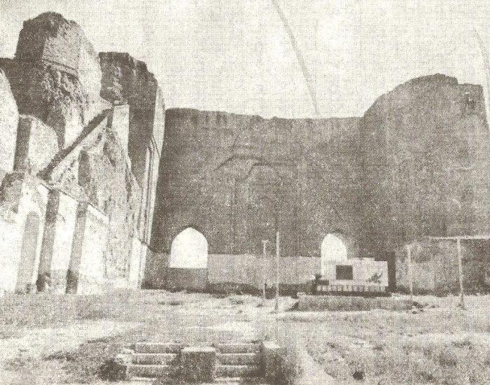 مسجد تاج الدین علیشاه که در آن دو طاق پنجره مشرف به جنوب، محراب و پله های متصل به دیوار شرقی دیده می شوند./عکس : ترابی/ کتاب : آثار باستانی آذربایجان