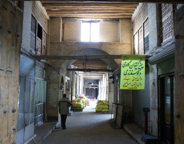 کتیبه 1307 و ورودی شرقی سرای حاج علی قلی