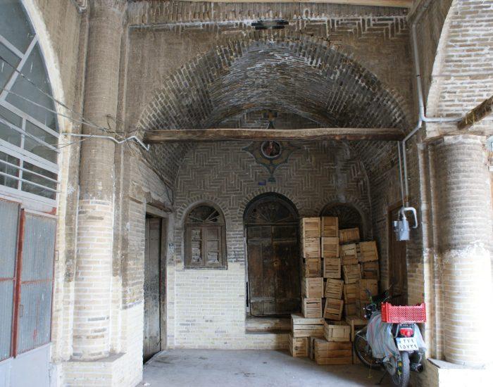 حجره کنج شمال غربی سرای حاج علی قلی با درب و پنجره به عنوان نورگیر
