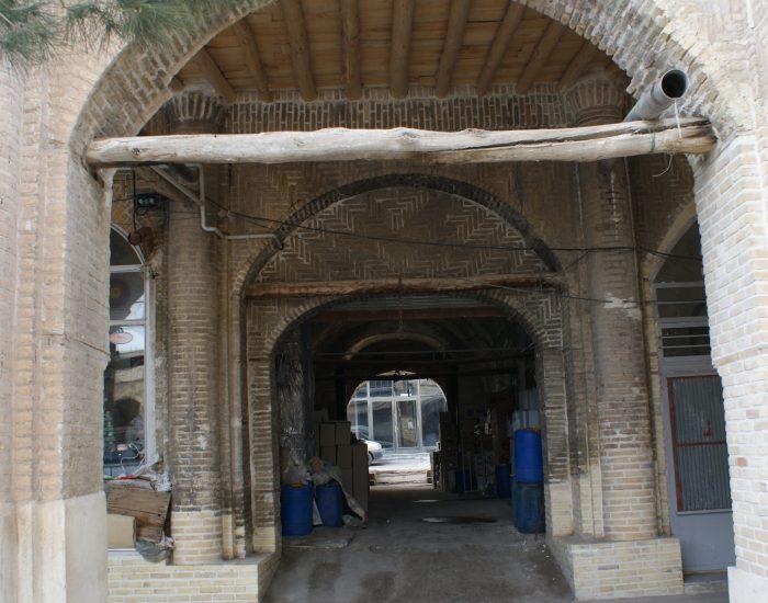 یکی از ورودیهای غربی سرای حاج علی قلی