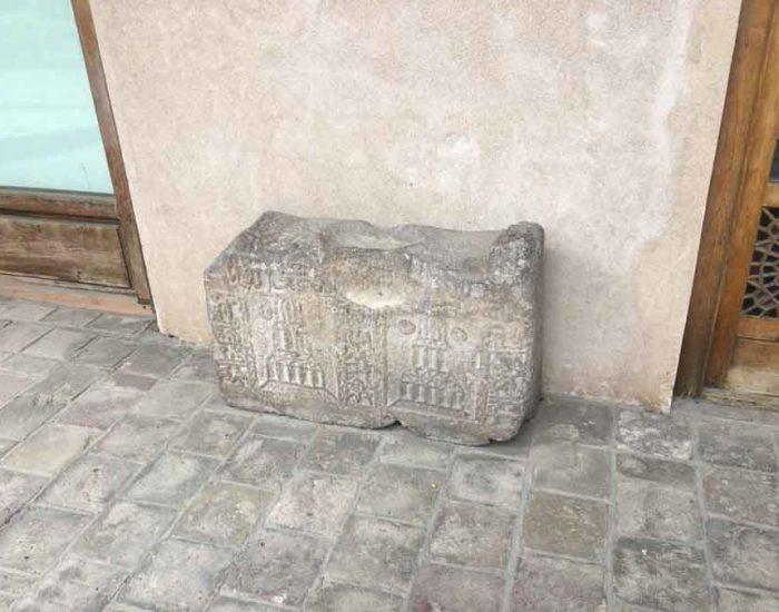 سنگ های حکاکی شده قدیمی رها شده در محوطه